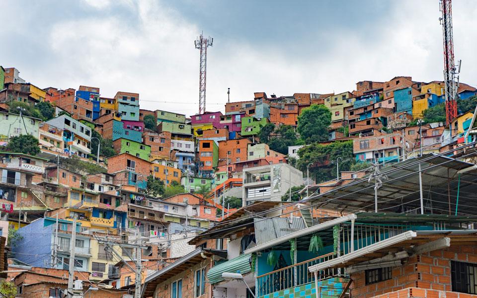 Bunte Häuser in der Comuna 13 in Medellin