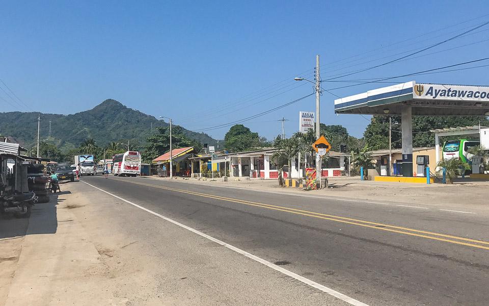 Hauptstraße im Dorf Palomino Kolumbien