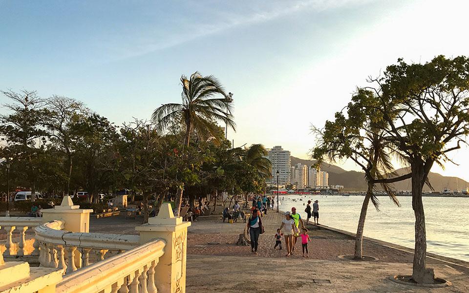 Strandpromenade in Santa Marta (Kolumbien) vor Sonneuntergang