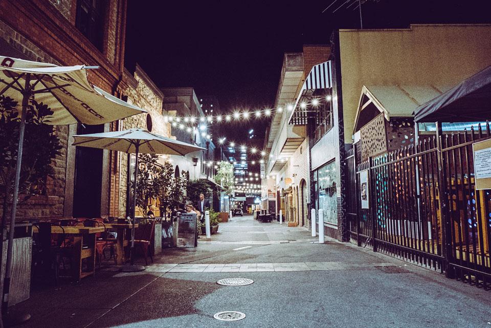 Peer Street Adelaide am Abend
