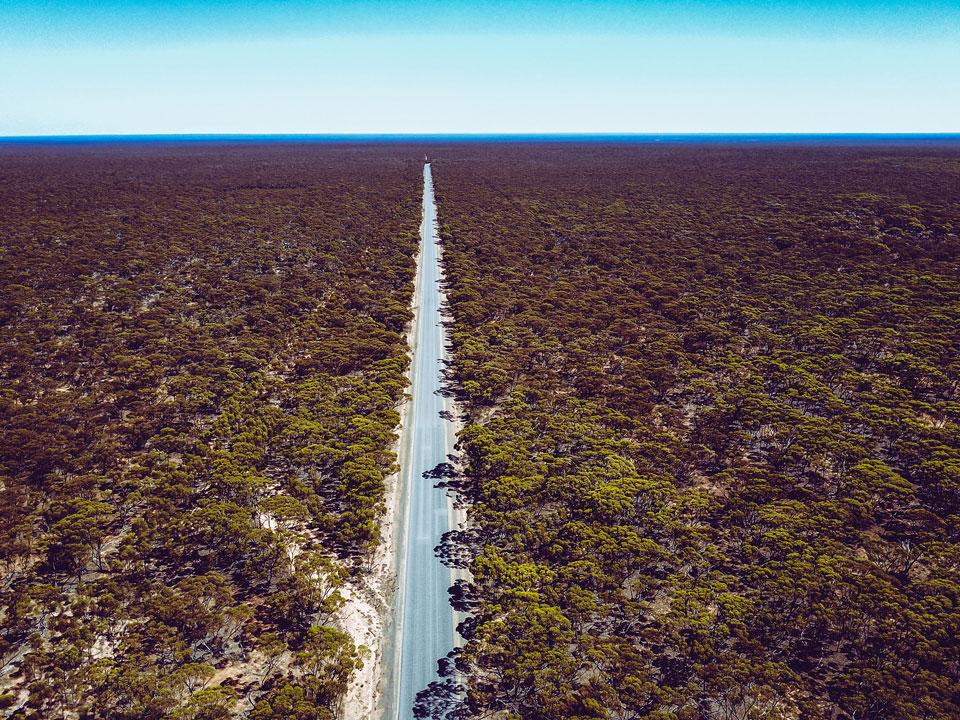 Längste Straße geradeaus Australien - Drohenaufnahme