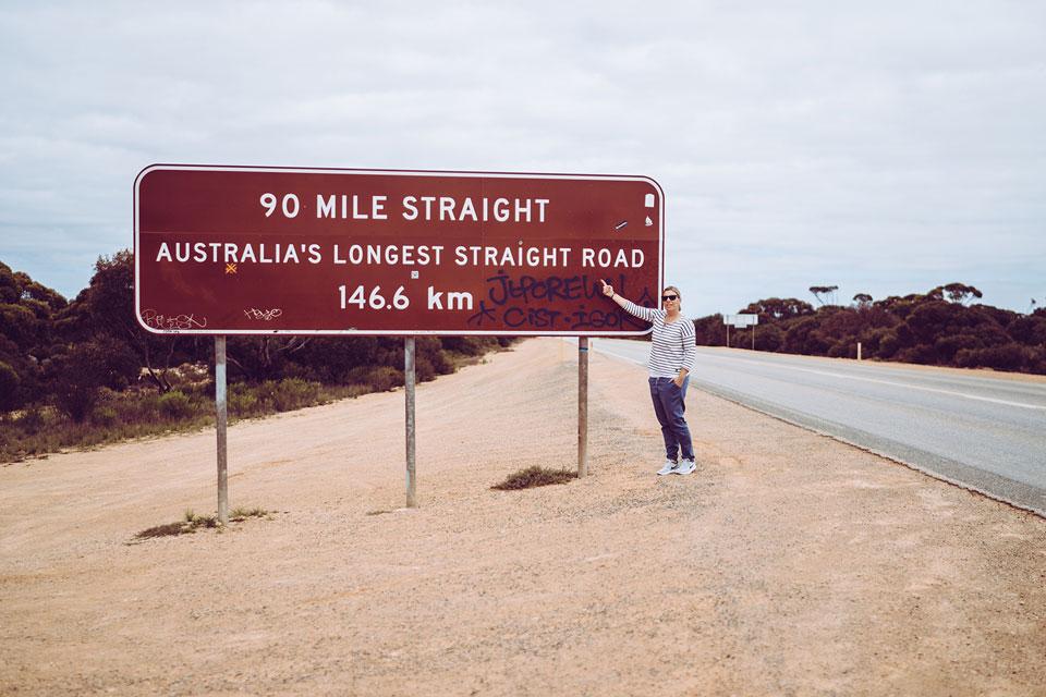 Australiens längste Straße die geradeaus geht
