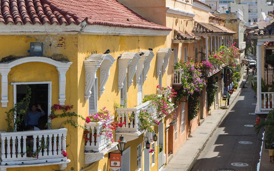 Mit Blumen geschmückte Balkone in der Altstadt Cartagenas
