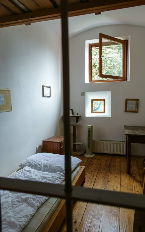 Mietzimmer in einem alten Gefängnis in Ljubljana, Slowenien.