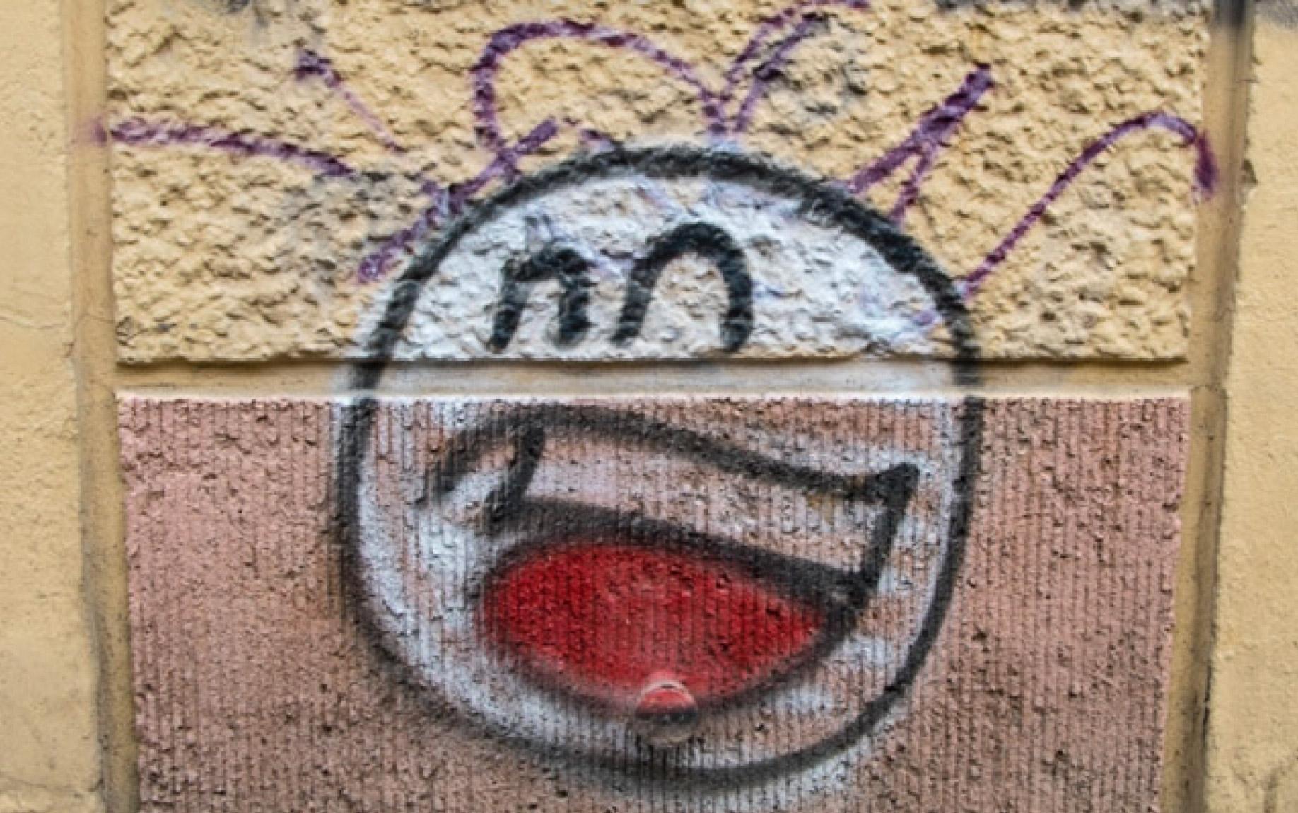 Prost Street Art in Berlin lachende Gesichter