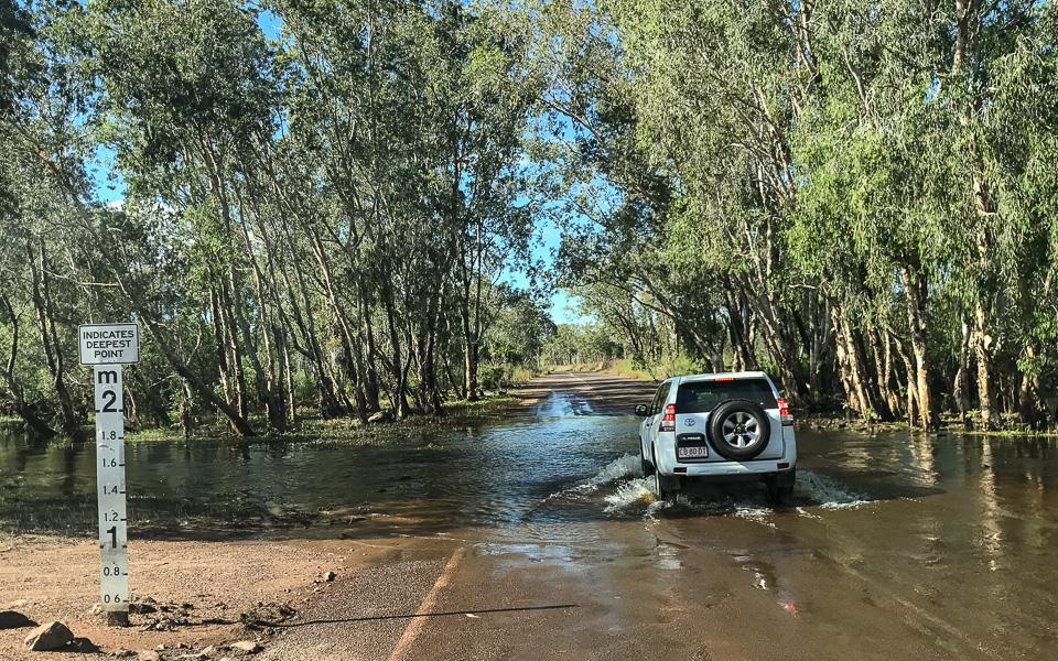 Autofahren Australien Kakadu Nationalpark überflutete Straßen