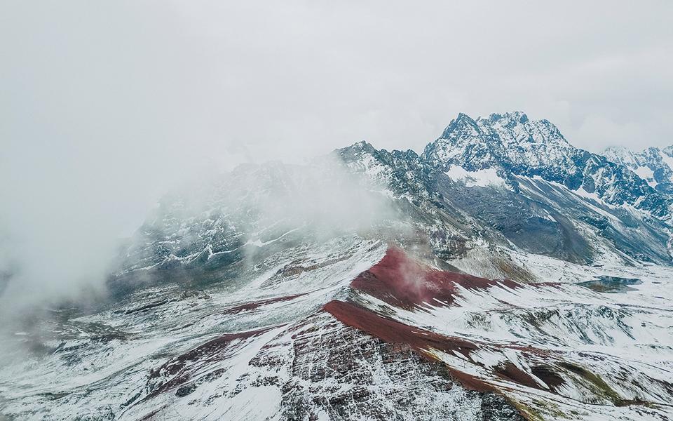 Ankunft am Morgen, die Regenbogen Berge in Peru liegen unter einer Schneedecke.