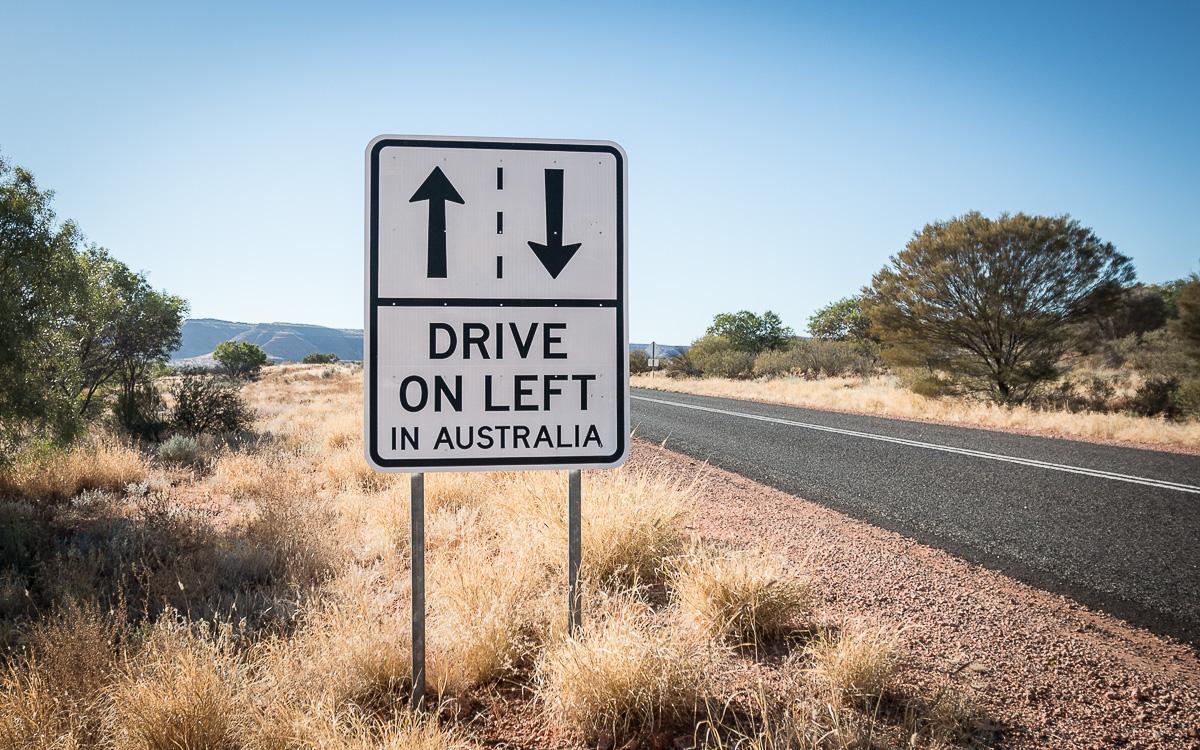 Links Auto fahren in Australien Schild