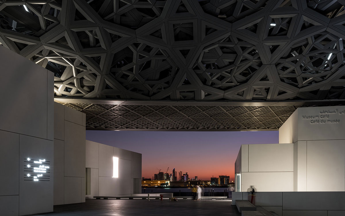 Louvre Abu Dhabi Sonnenuntergang Blick auf Skyline