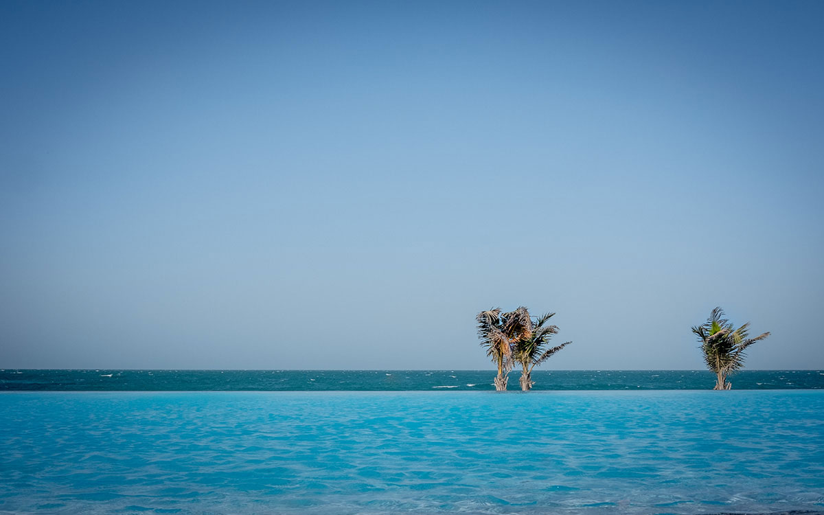 zaya-nurai-pool-meer-ausblick