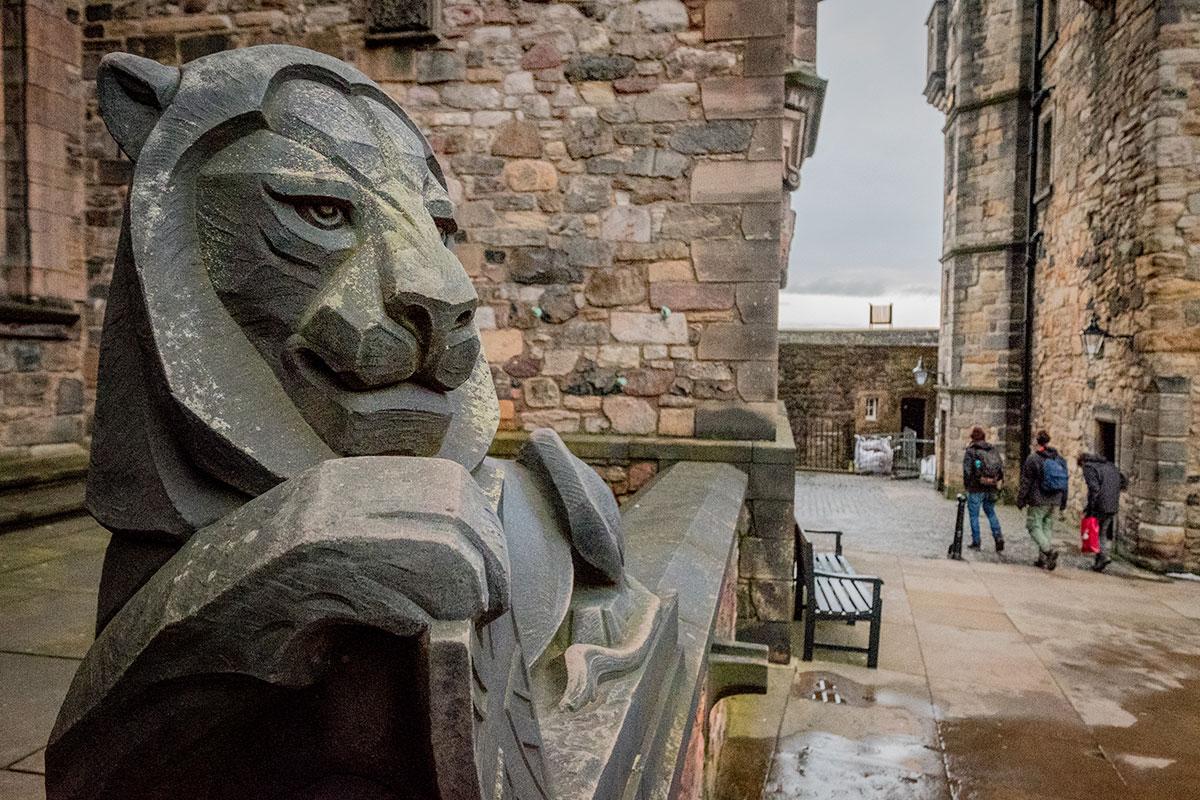 Löwenskulptur am Edinburgh Castle