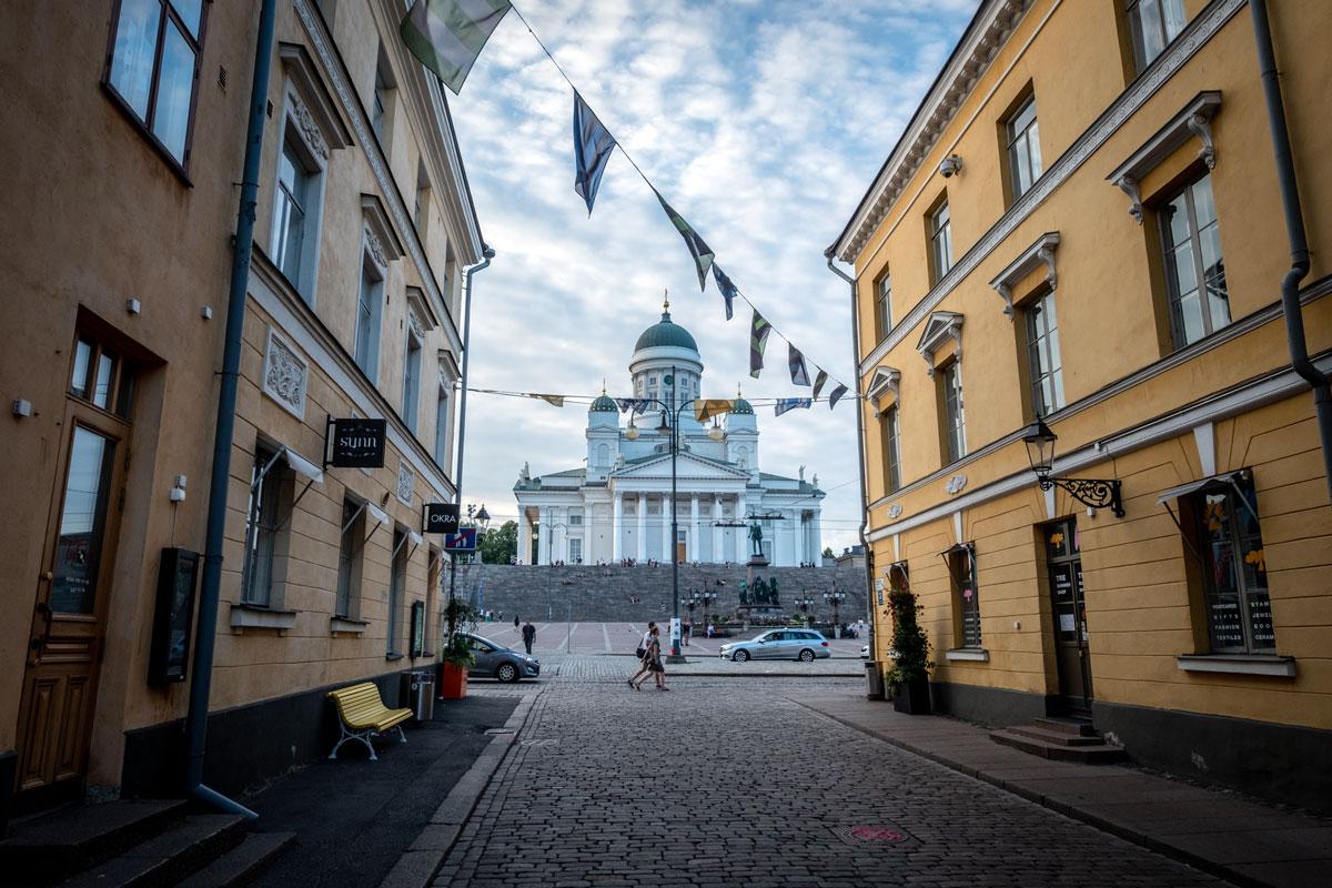 Helsinki Dom Ansicht aus Gasse