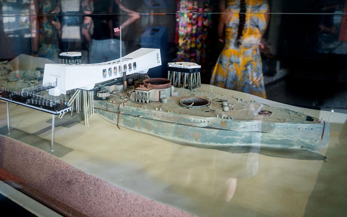 Modell USS Arizona und Gedenkstätte