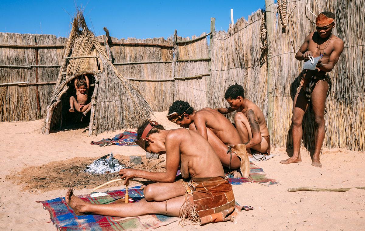 Bushman Bushman verdienen ihr Geld darin, uns zu zeigen wie man traditionellen Schmuck und Waffen herstellt.