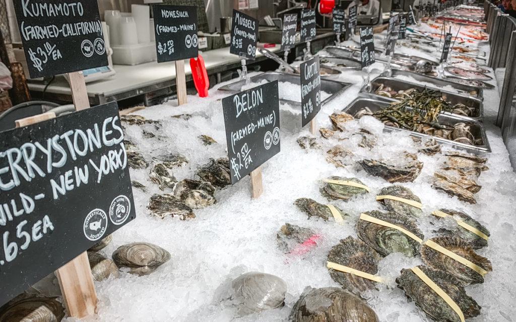 Chelsea Market in New York: Probiere hier unbedingt Austern und Seafood.