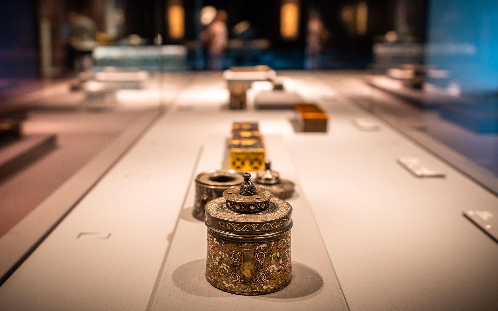 Dieses Museum ist ein echter Blickfang - sowohl von außen als auch innen. Auf Reisen lasse ich Museen oft außen vor. Dieses ist nicht nur architektonisch genial sondern auch von innen sehenswert. Es das @miaqatar gilt als eines der wichtigsten Museen der Arabischen Halbinsel und wurde vom Star-Architekten I. M. Pei entworfen. .