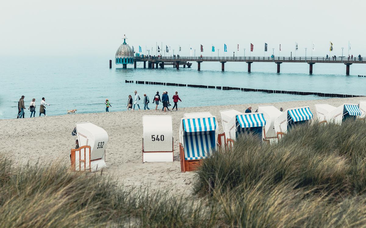 Strand in Zingst mit Seebrücke und Tauchgondel