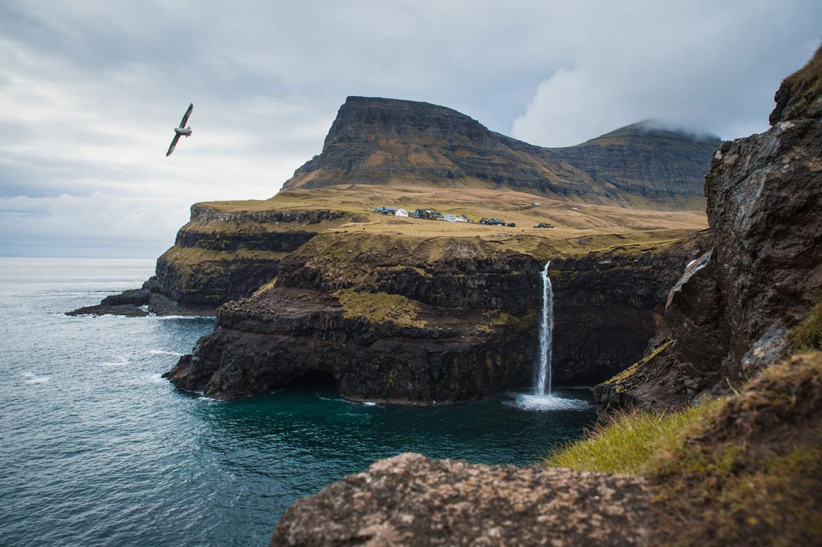 Gásadalur mit Blick auf den Árnafjall (722 m).