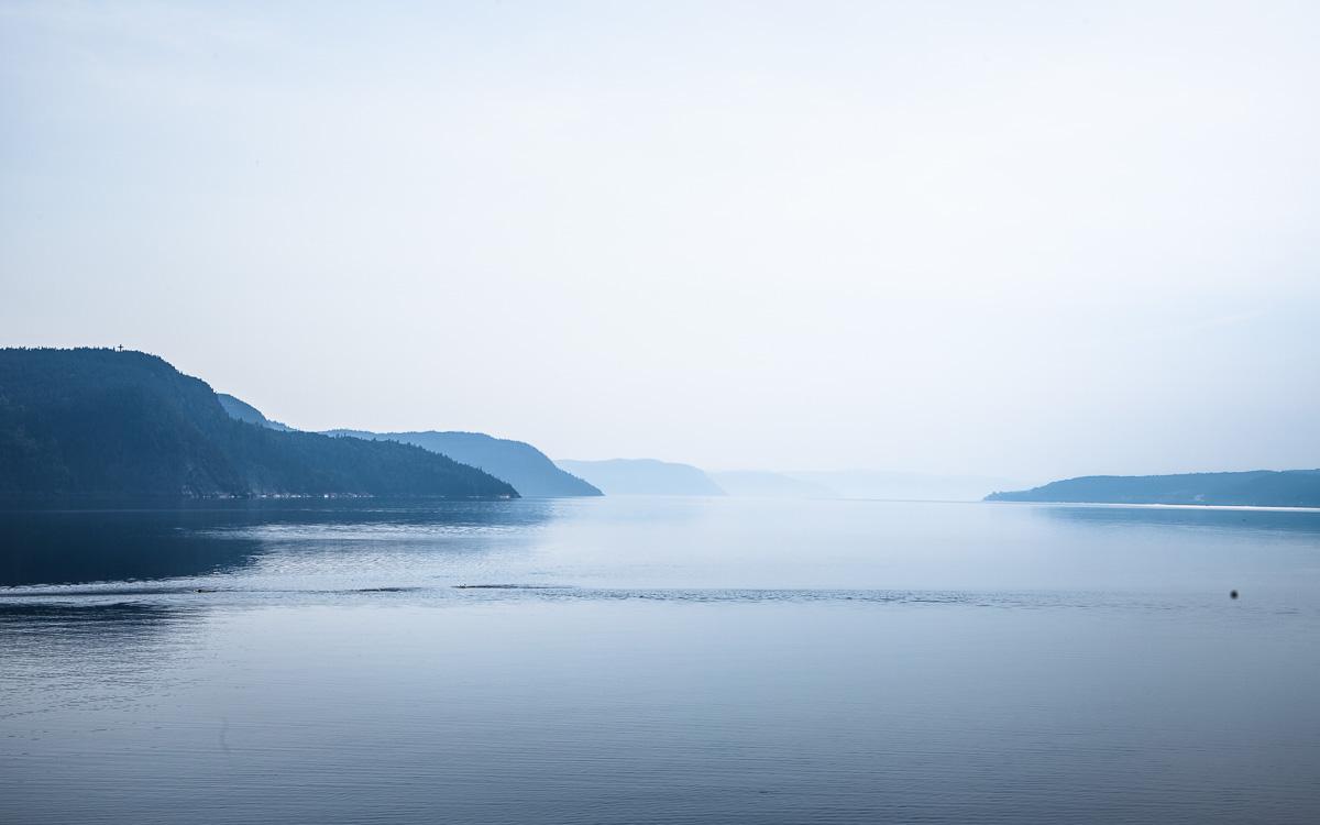 quebec-roadtrip-abend-nebel-fjord