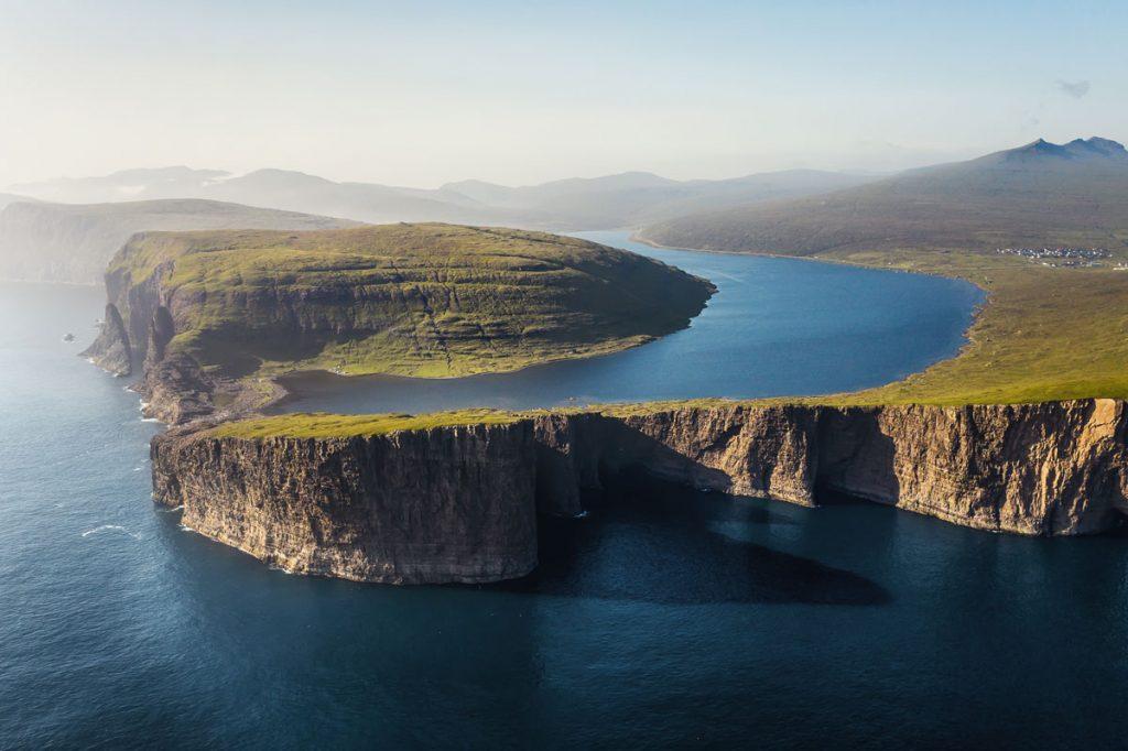 Trælanípa Bøsdalafossur und Sørvágsvatn auf den Färöer Inseln