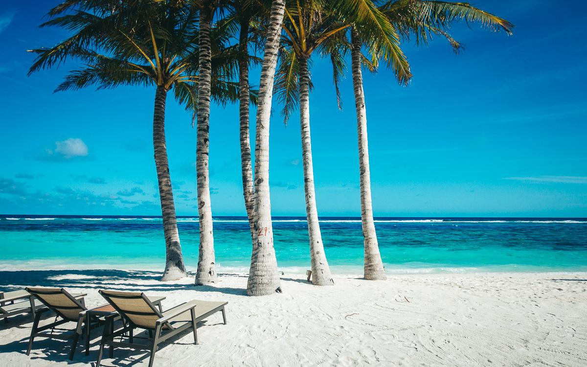 malediven-urlaub-liegen-am-strand