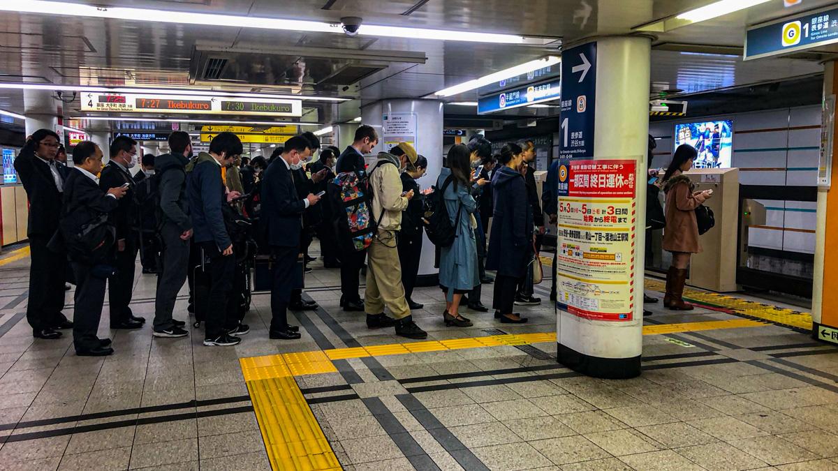 japan-knigge-ubahn-anstehen