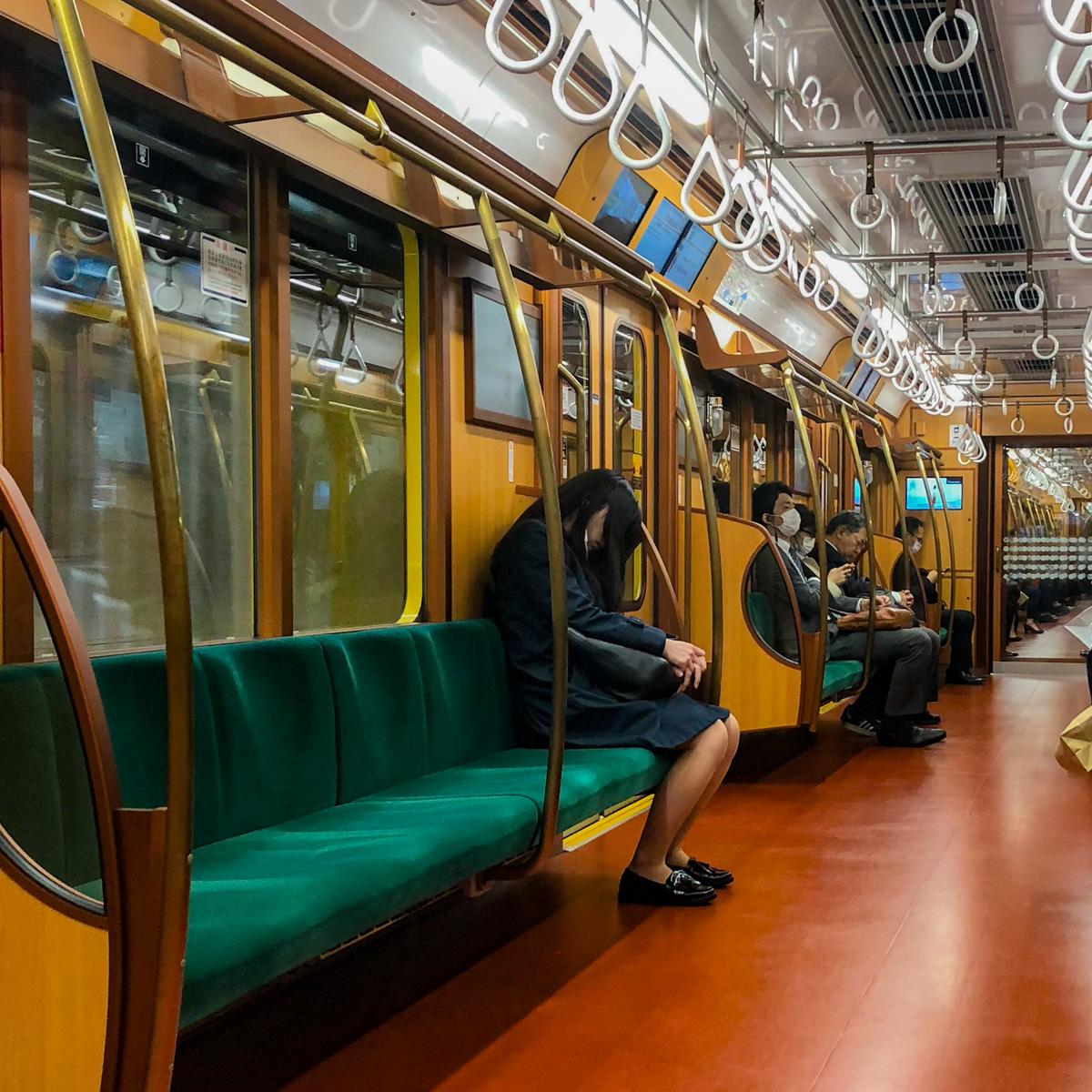 typisch-japanisch-ubahn-schlafen