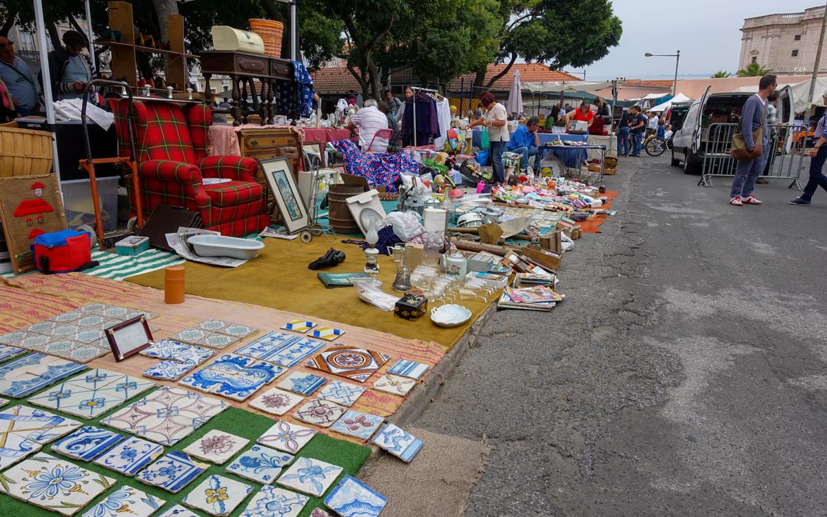 Lissabon Sehenswürdigkeiten: Der Flohmarkt Feira da Ladra am Platz Campo de Santa.