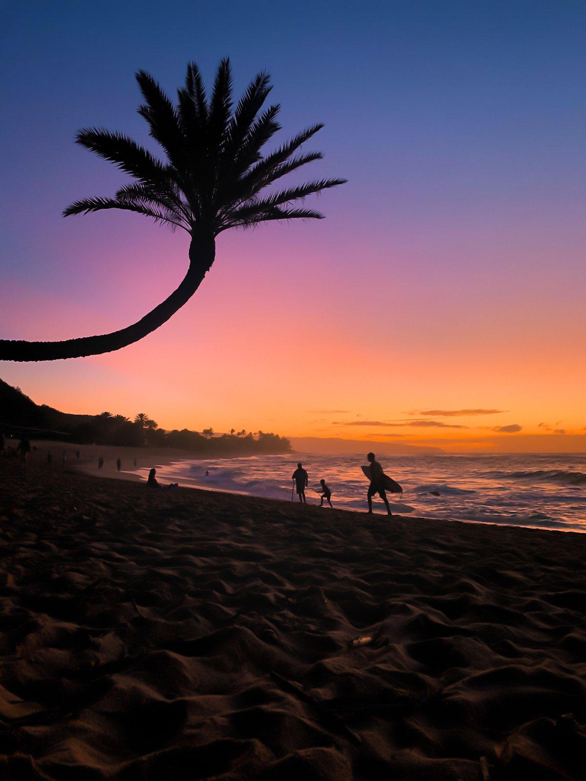 Hannah hat dieses Foto mit dem iPhone zum Sonnenuntergang am North Shore (Oahu, Hawaii) aufgenommen. Danach per App nachbearbeitet.