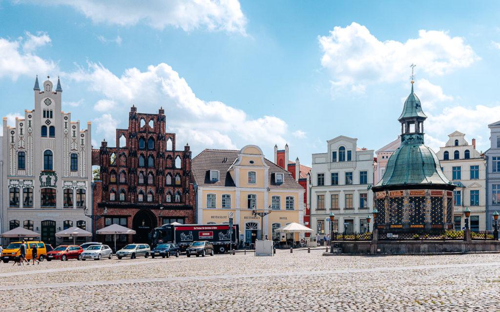 Wismar Sehenswürdigkeiten: Marktplatz mit Wasserkunst Alter Schwede
