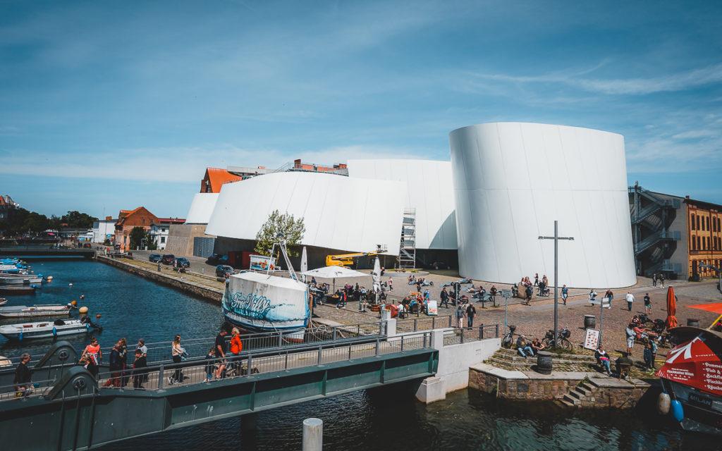 Ozeaneum in Stralsund. Eine der Haupt-Sehenswürdigkeiten in Stralsund. Ideal für einen Ausflug aus Rügen.