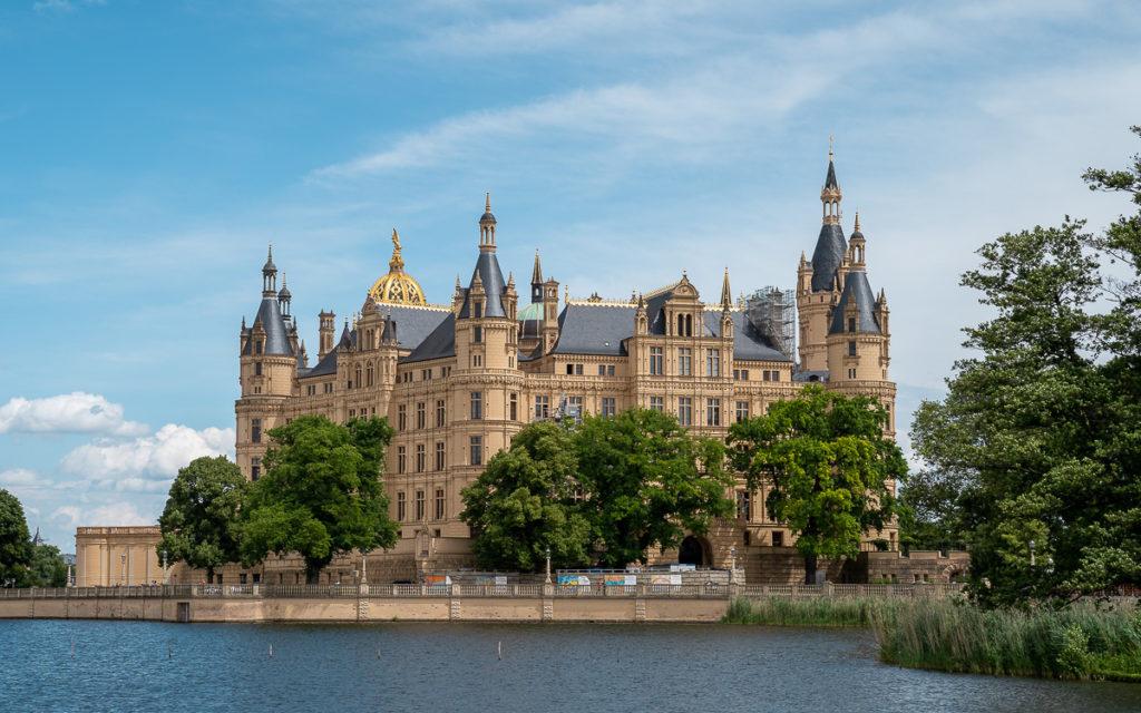 Schweriner Schloss von schwimmender Wiese