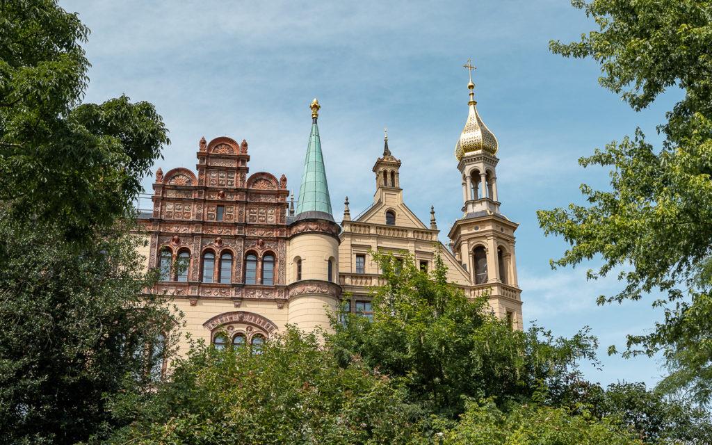 Schweriner Schloss von Grotte aus.