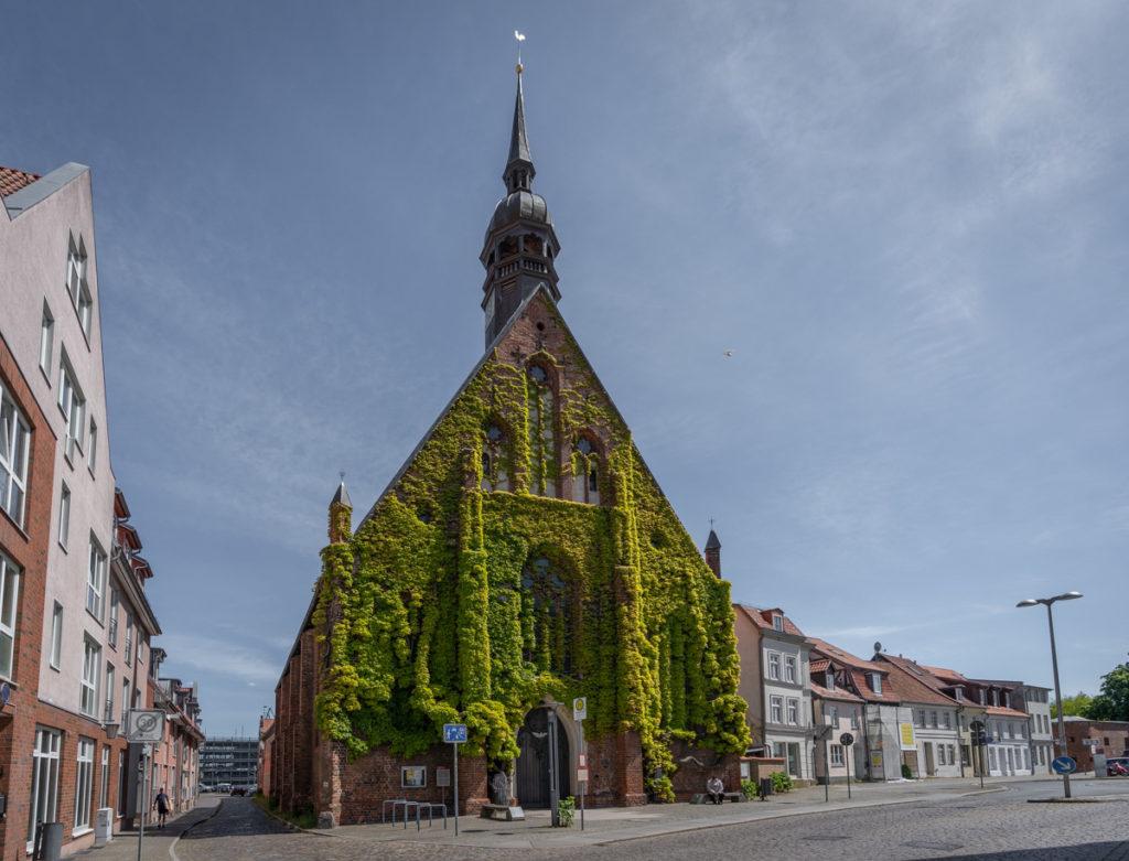 Die Vorderseite des Heilgeistkloster in Stralsund.