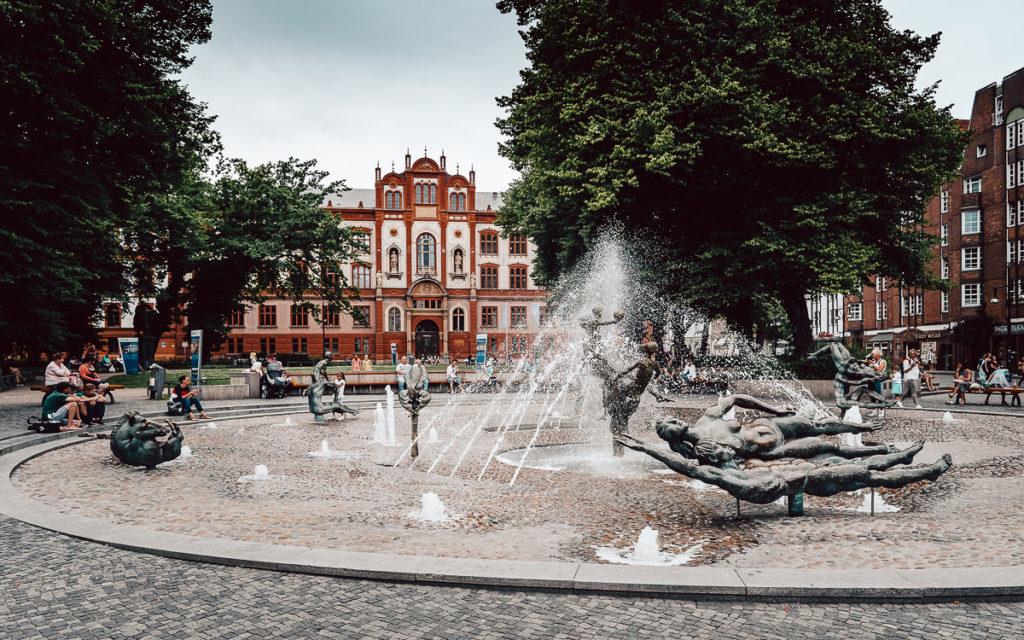 Rostock Uni und Brunnen der Lebensfreude