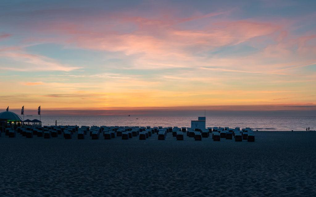 Strand in Warnemünde zum Sonnenuntergang