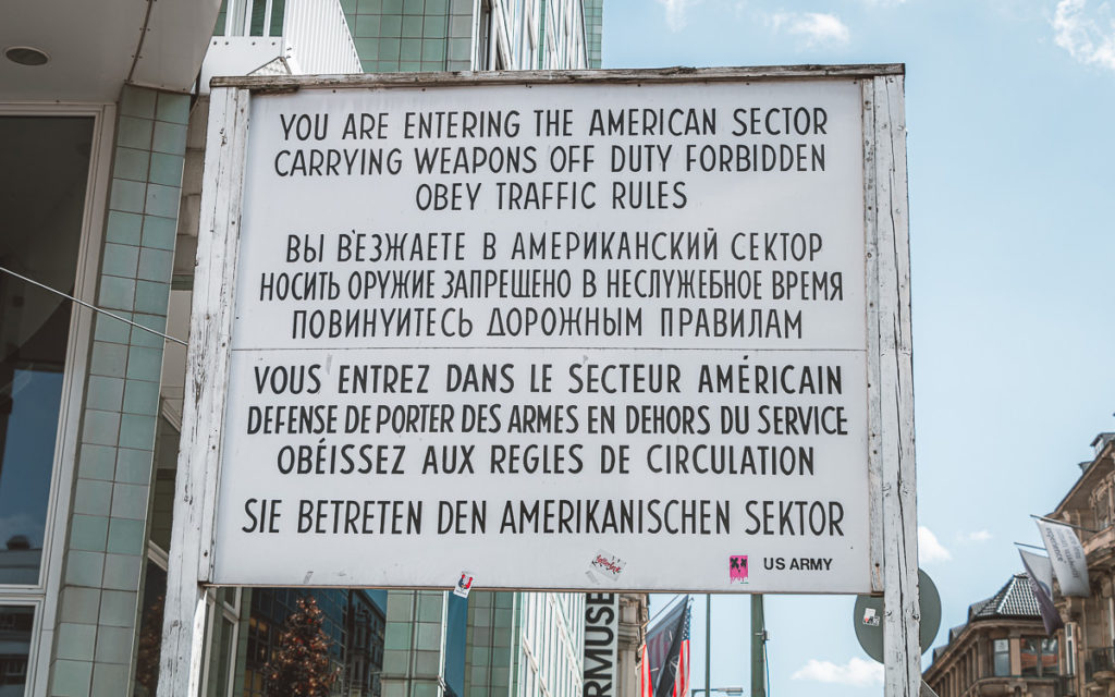 Tafel am Checkpoint Charlie Berlin