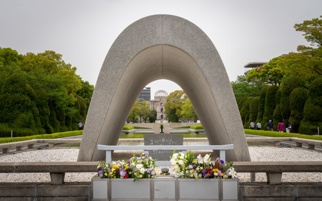 Im Friedenspark von Hiroshima sind alle Mahnmale in einer Linie erbaut. Am Ende erblichst du den A-Bomb Dome (Atombombenkuppel).