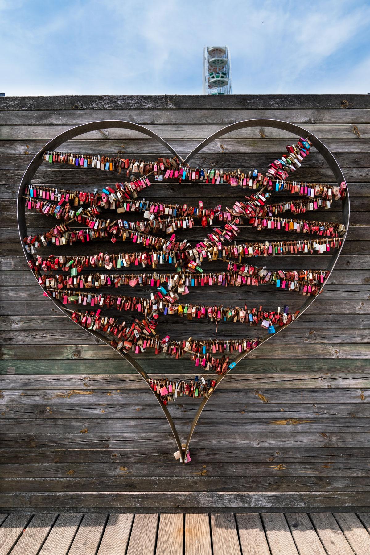 Liebesschlösser in List am Hafen mit dem Schriftzug LOVE. Eine tolle Idee.