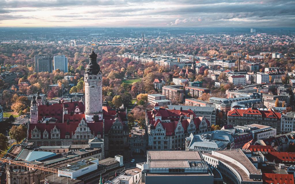 Aussicht vom City-Hochhaus in Leipzig auf die Thomaskirche und die Innenstadt