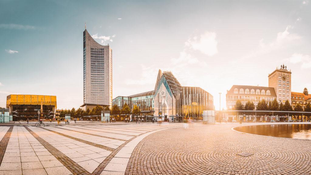 Von links nach rechts: Gewandhaus, City-Hochhaus, Neues Augusteum, Ägyptisches Museum auf dem Augustusplatz in Leipzig