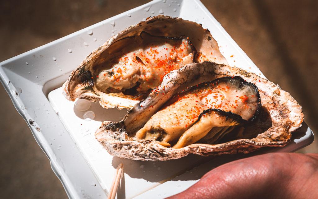 Gegrillte Austern essen Miyajima Japan