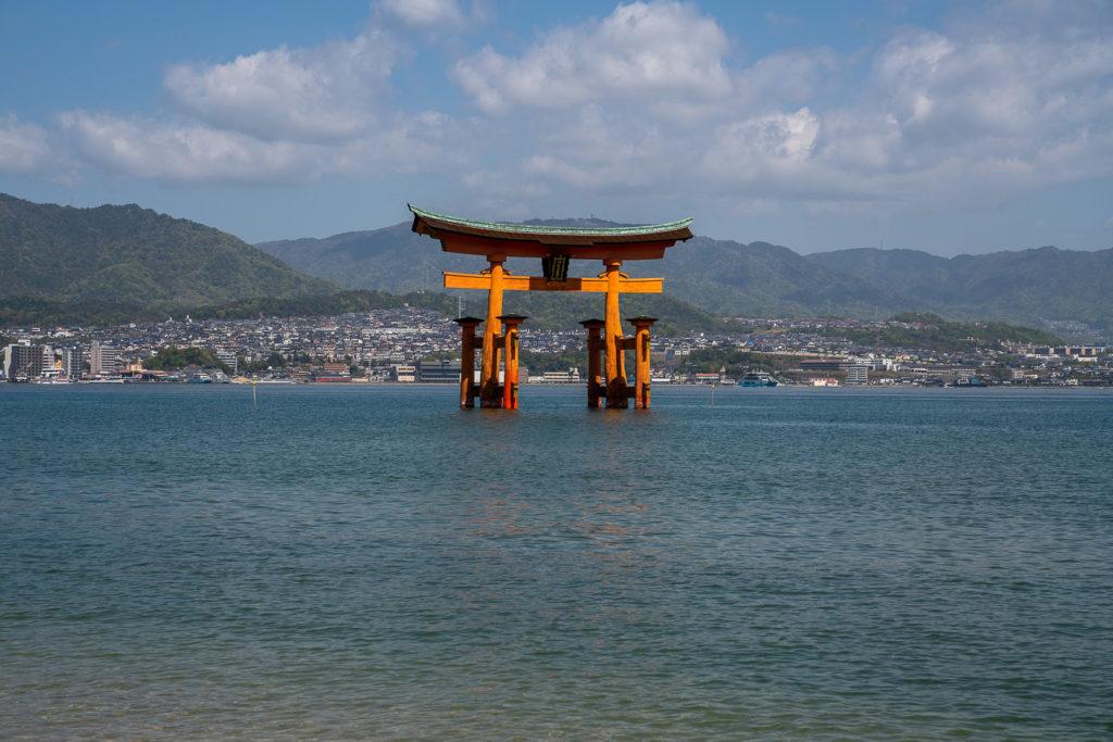 Insel Miyajima Sehenswürdigkeit Torii Wasser