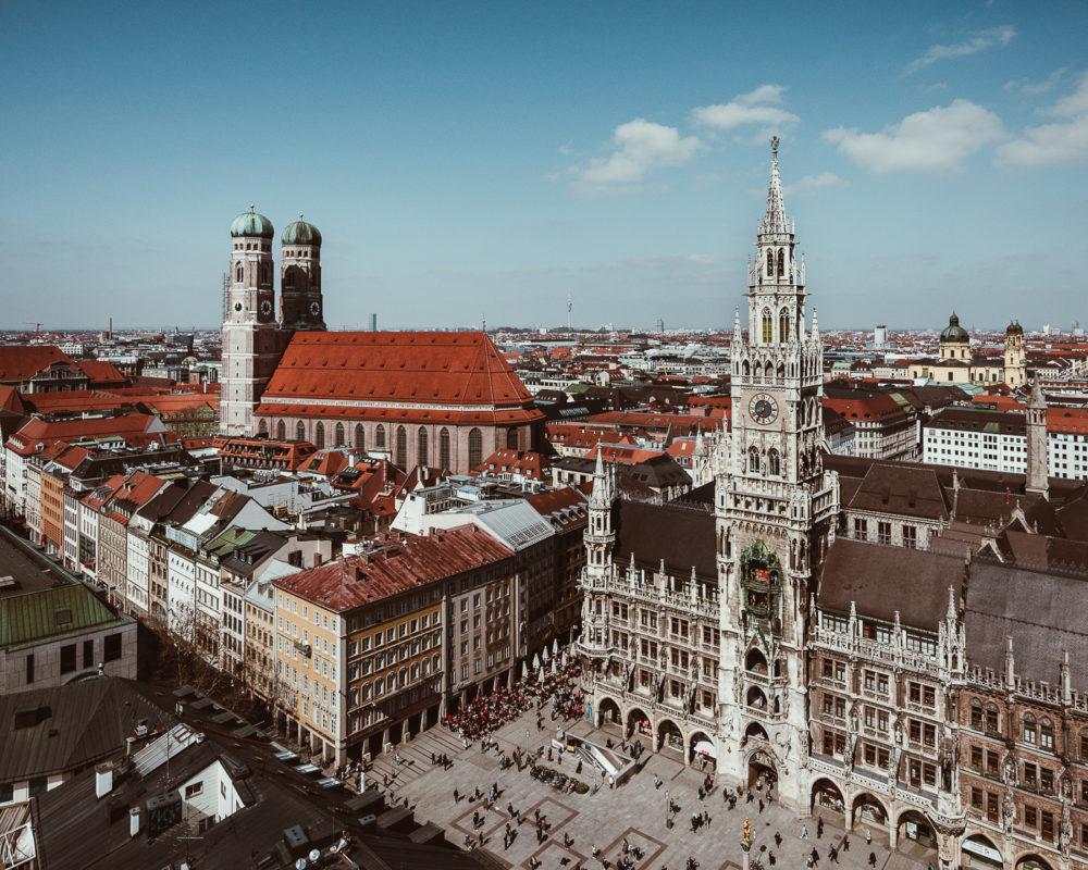 Die Doppelzwiebeltürme der Frauenkirche München sind eines der Wahrzeichen der Stadt.