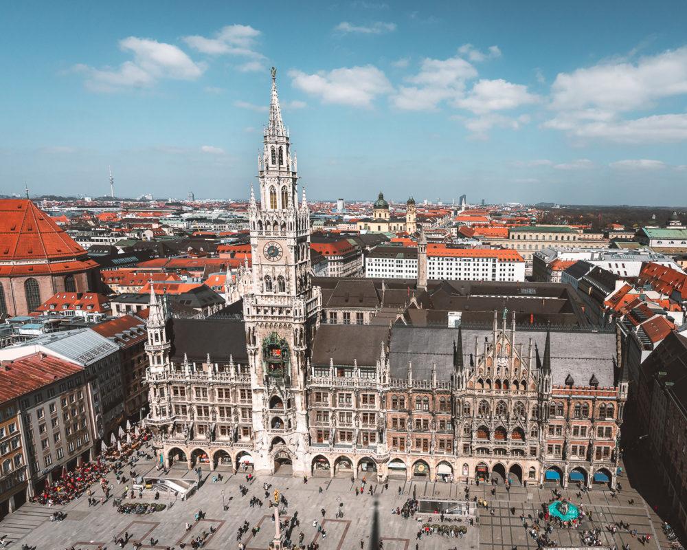 Top Sehenswürdigkeit in München: Marienplatz mit Marienkirche und dem Glockenspiel!