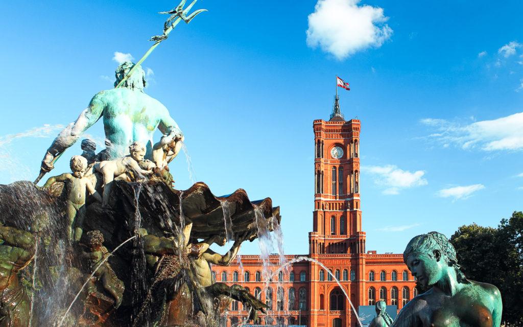 Das rote Rathaus in Berlin mit dem Neptunbrunnen.