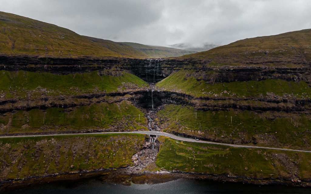 Der höchste Wasserfall der Färöer: Fossá. Nach 5 Tagen ohne Regen ein Rinnsal.