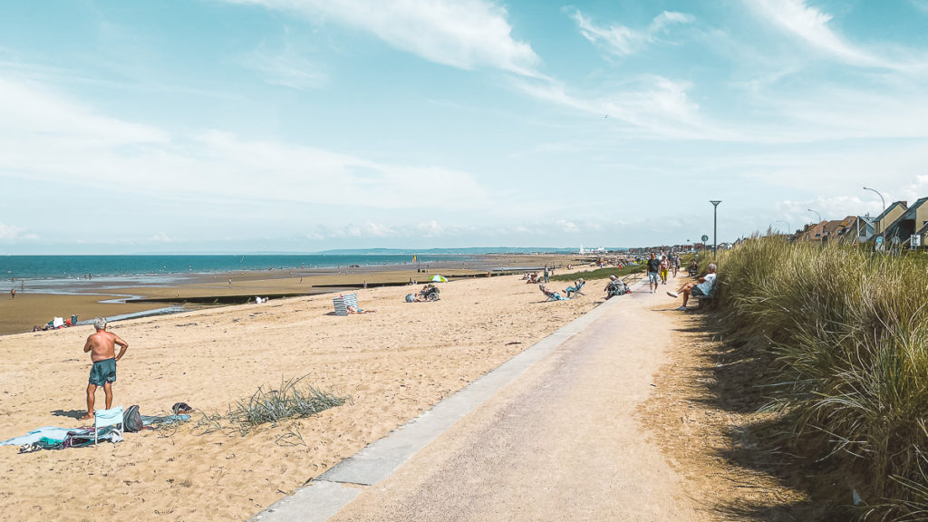 Caen-la-mer erwartet uns tatsächlich das Meer: Ouistreham Riva-Bella ist DER Badeort der Einheimischen.