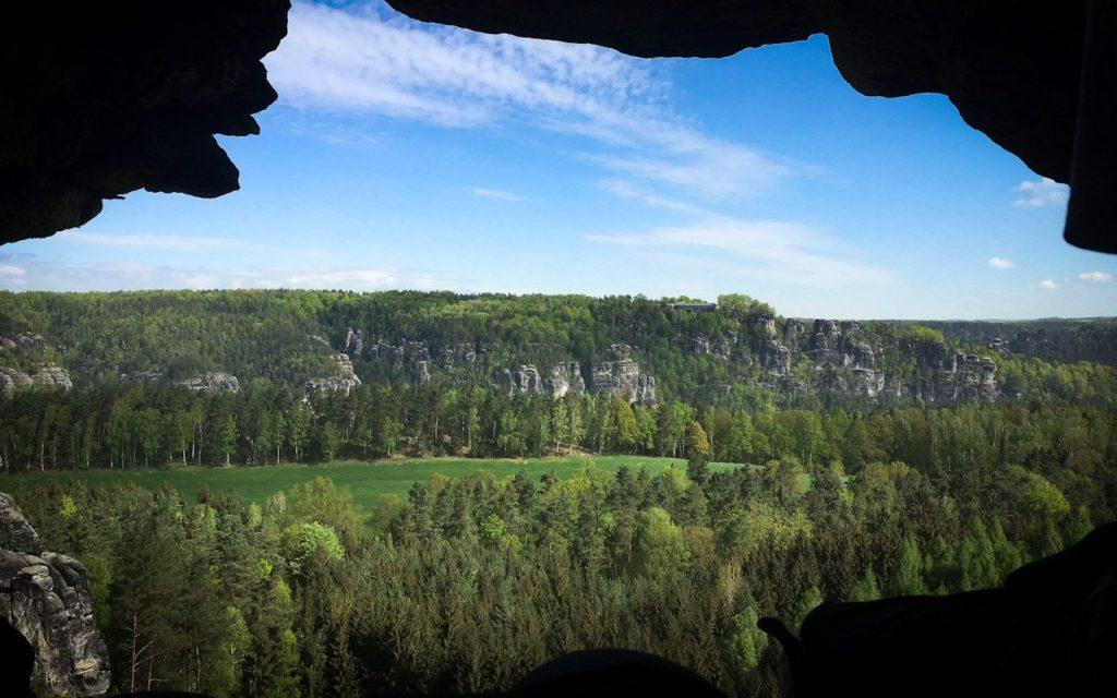 Höhlenblick im Elbsandsteingebirge in der Sächsischen Schweiz