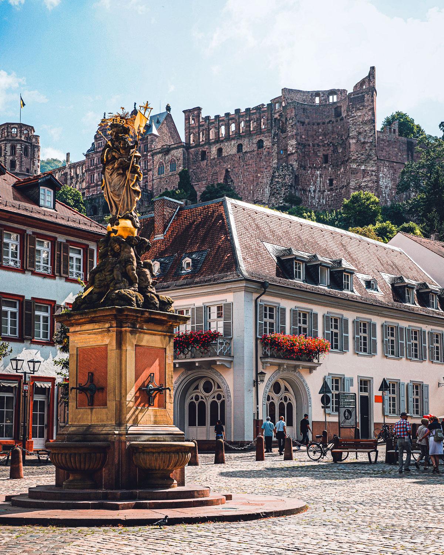 Der schönste Platz in Heidelberg: Kornmarkt mit Schloss im Hintergrund